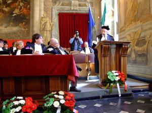 Mario Rigoni Stern riceve la laurea honoris causa a Genova.
