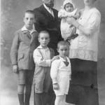 A quattro anni (al centro) con fratelli e genitori