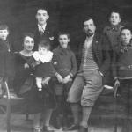 A nove anni (al centro) con la famiglia