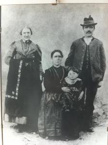 Una famiglia altopianese in costumi cimbri