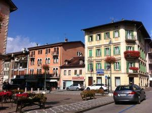 """La prima casa di Mario Rigoni Stern (bianca sulla destra) e quella in cui scrisse """"Il sergente nella neve"""" (arancione sulla sinistra)."""