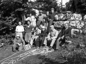 Mario, secondo da sinistra, con i fondatori del Gruppo Grotte.