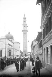 La popolazione di Asiago impegnata nel sollevamento delle campane (settembre 1927).