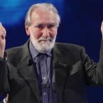 """Il saluto alla fine della trasmissione """"Che tempo che fa"""", nel 2006."""