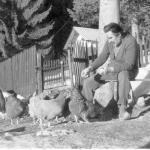 Mario Rigoni Stern tra le sue galline